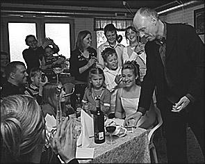 Tryllekunstner Ole Larsen leverer grineoplevelser med magi til enhver konfirmation