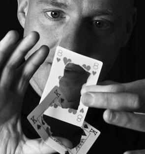 Tryllekunstner Ole Larsen underholder med magi til julefrokost